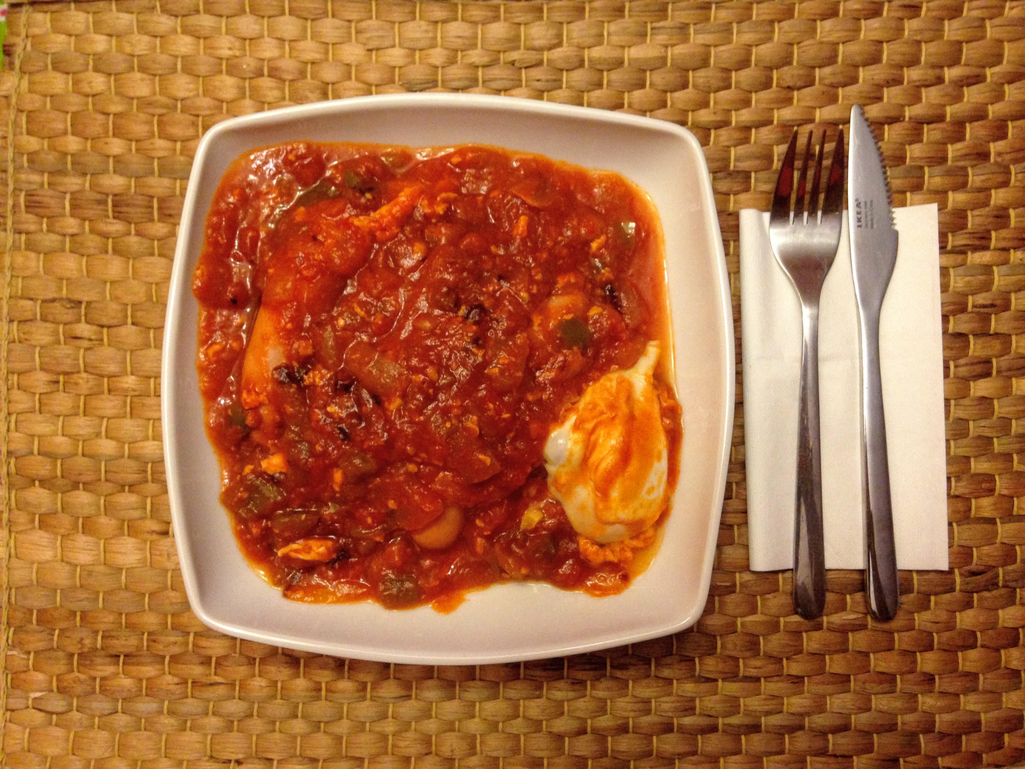 Tomate frito casero_huevo cuajado y salchichas