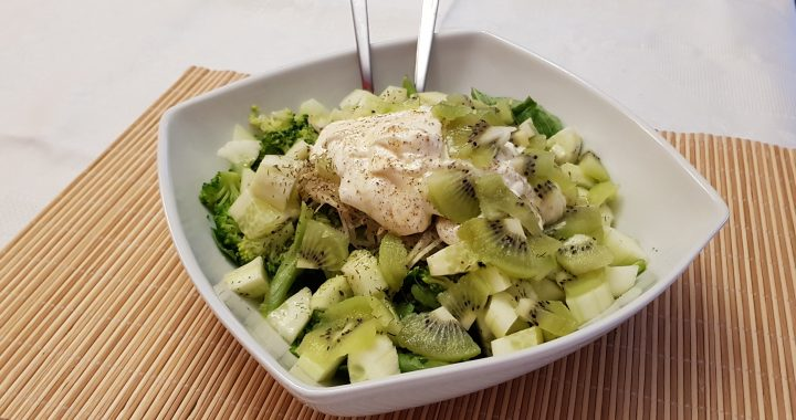 Ensalada verde con fruta y yogurt